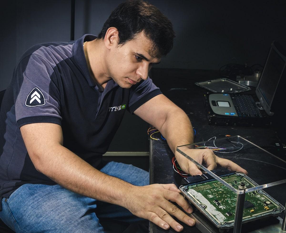 Técnico Strike Brasil fazendo remap na ECU